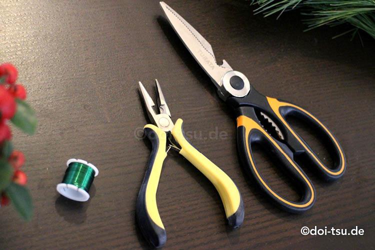 アドベントクランツを手作りするのに便利な道具。はさみ、ペンチ、ワイヤー