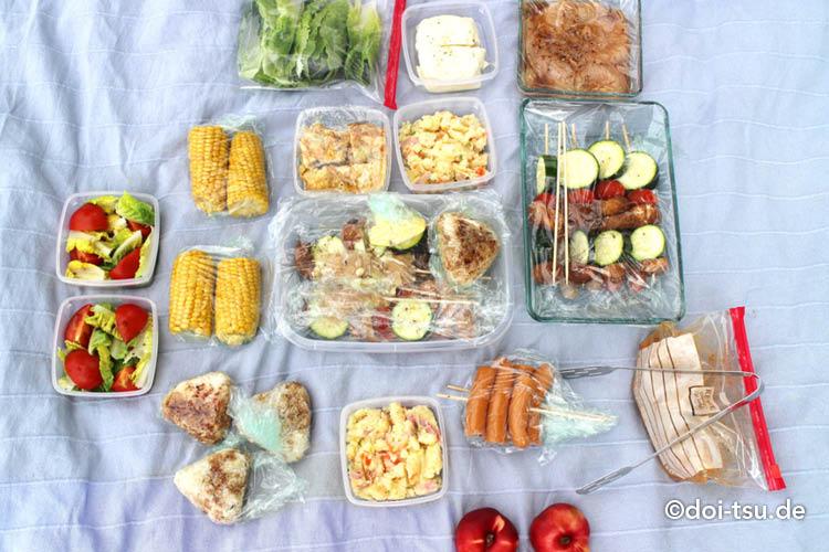バーベキューの食材をピクニックシートに置いた様子
