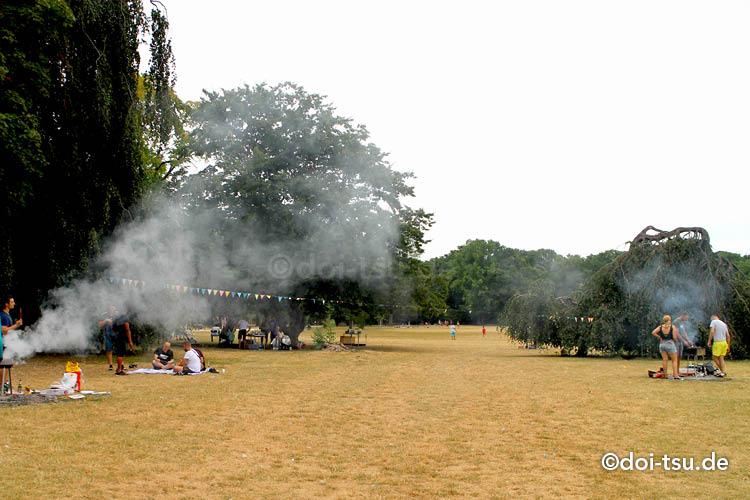 フランクフルトの公園Ostparkでバーベキューをする人々の様子