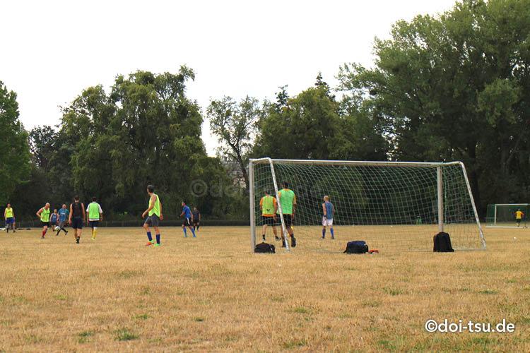 ドイツのフランクフルトにあるOstparkでサッカーをするドイツ人たち