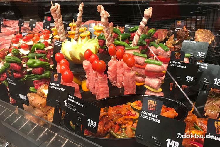 ドイツのスーパーのお肉コーナーで売られているバーベキュー用の串刺し肉