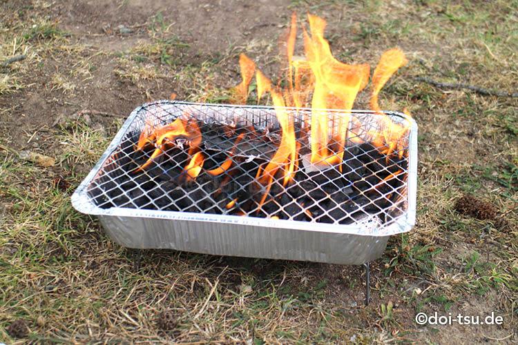 ドイツのバーベキュー用簡易グリル、Picknick-Grillに着火した後火が燃える様子