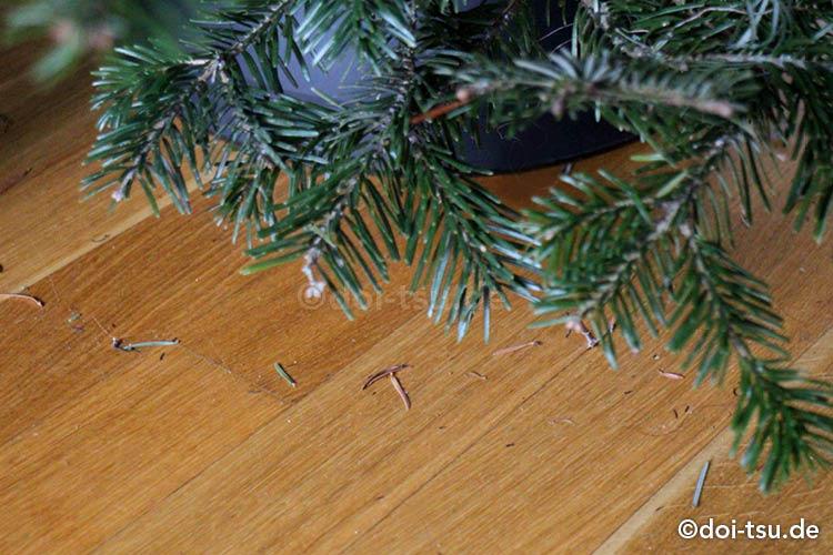 生のもみの木を飾っているとくずが落ちてくる