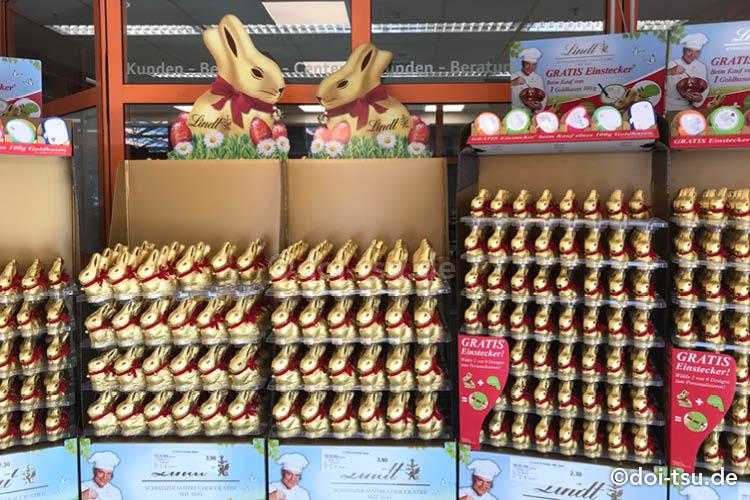 リンツのイースターバニーのチョコレートが並ぶドイツのスーパーマーケット