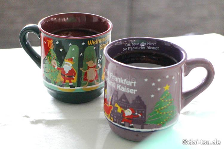 フランクフルトのクリスマスマーケットのカップ2つ