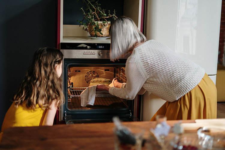 家族でケーキを焼いている様子