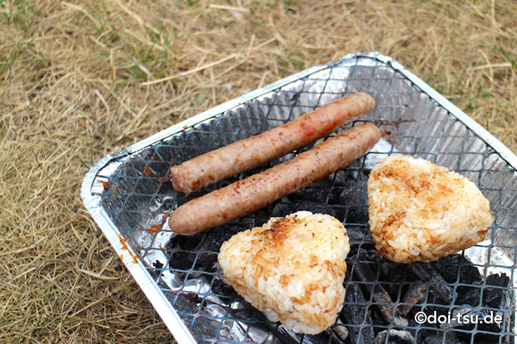 フランクフルトの公園で簡易BBQグリルを使って焼きおにぎりとソーセージを焼いた様子