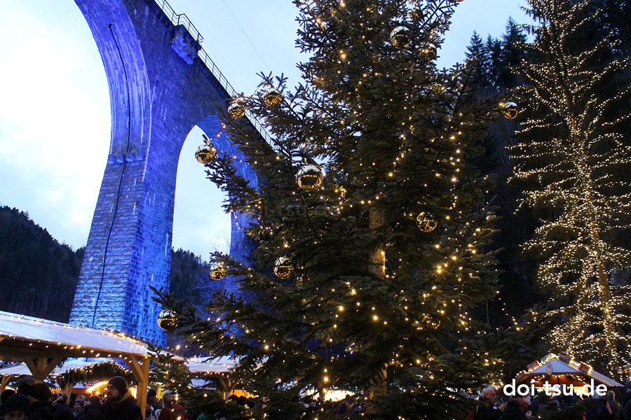 ドイツのラヴェンナ渓谷のクリスマスマーケットにあったクリスマスツリー