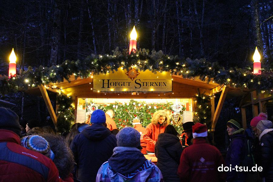 ドイツの黒い森地方にあるラヴェンナ渓谷でのクリスマスマーケットの様子