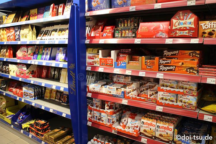スイスのスーパーのお菓子コーナーにチョコレートがたくさん並ぶ様子